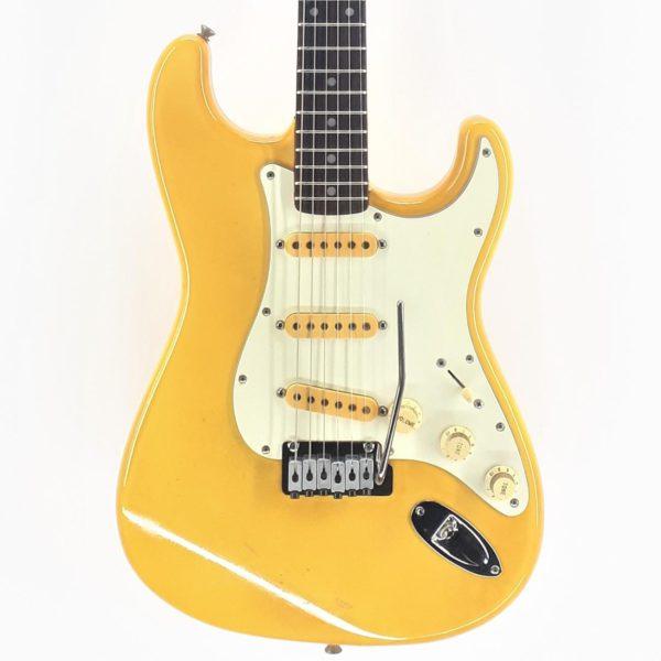 """csr50 stratocaster FENDER JAPAN LTD fue el resultado de una joint venture entre Fender Musical Instruments Corporation, Kanda Shokai (distribuidor de Greco) y Yamano Gakki (distribuidor de Fender USA y Gibson en aquel entonces) para producir y vender los productos de la marca americana en el mercado doméstico japonés. La colaboración duraría casi 35 años, desde 1982 hasta 2015 cuando Fender se estableció por su cuenta como Fender Music Corporation (Japan) al margen de sus ex socios japoneses y empezó a comercializar sus instrumentos bajo la denominación de """"Exclusive Series"""". Joint Venture La Joint-Venture se enmarcó dentro de una estrategia comercial de Fender que pretendía mejorar su posición en el mercado nipón copado ya por marcas como Tokai, Greco y Fernandes. Y es que a finales de los 70s, muchos fabricantes japoneses copiaban los diseños de Fender y vendían sus guitarras a precios mucho más competitivos. Ante la oportunidad de bajar sus costes de producción y aprovechar la alta productividad de los fabricantes japoneses, Fender USA eligió deslocalizar parte de su producción y se empezaron las negociaciones con varios distribuidores de instrumentos musicales. Kanda Shokai era un candidato ideal: un distribuidor sin puntos de venta propios pero que trabajaba con cadenas de tiendas (como la conocida Ishibashi) y que poseía la marca Greco. El contrato con Fender USA contemplaba explícitamente el cese inmediato de las copias de Fender hechas por Greco con lo que la marca americana mataba dos pájaros de un tiro. Yamano, por su parte, sí disponía de puntos de venta y fue en su momento parte de la joint venture de Gibson que resultaría en la fabricación de las Orville. Fabricación Ninguna de las dos compañías se encargaba de la producción sino que subcontrataron la misma a fábricas japonesas como FujiGen Gakki en un primer momento y Tōkai Gakki (non-export) y Dyna Gakki en una segunda fase. FujiGen Gakki, fue una empresa fundada en 1960 con base en Matsumoto, Nagano."""